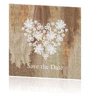 Trendy save-the-date-kaart met kanten hart op hout